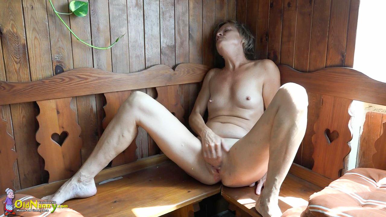 Девушка дрочит в бане